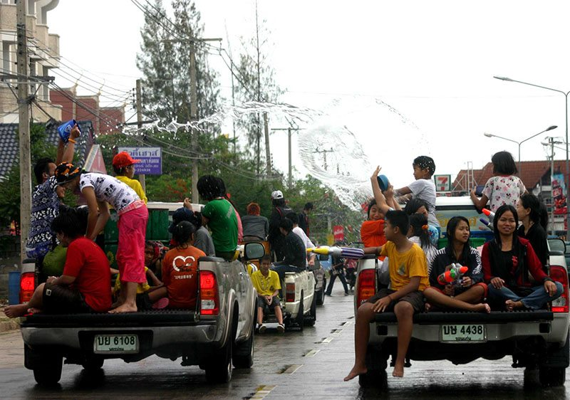 songkran-waterfight